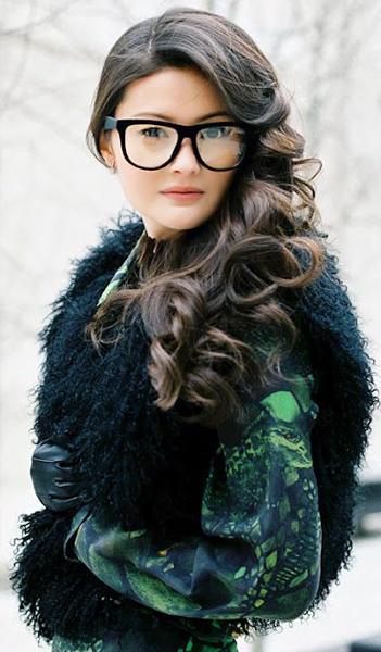 Фото брюнеток в очках с распущенными волосами